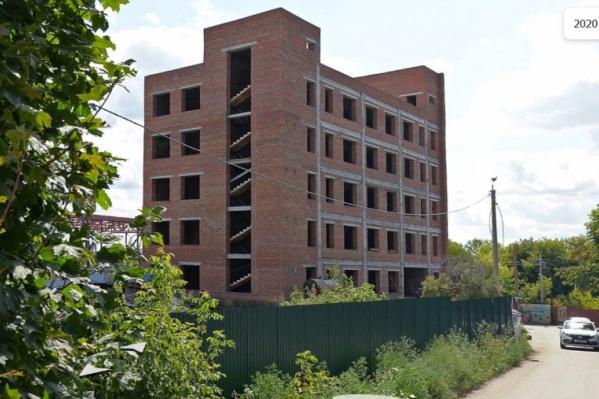 Здание готово наполовину, но заканчивать его будет другой застройщик