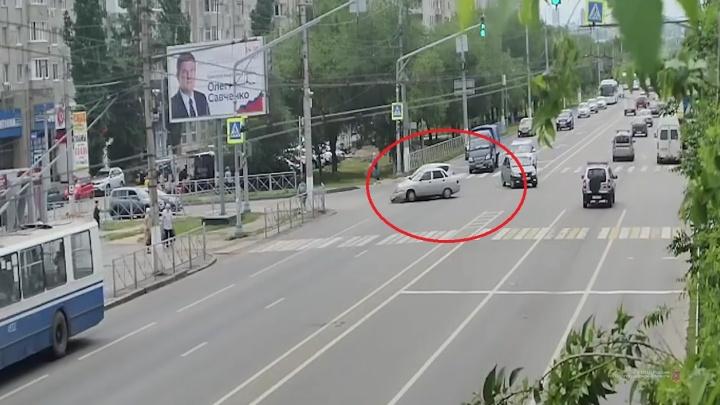 """«""""Газель"""" чудом увернулась»: глупое ДТП на севере Волгограда попало на видео"""