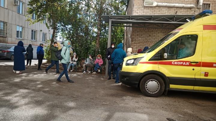 Пациенты пожаловались на многочасовую очередь на КТ в Челябинске. Люди ждут обследования на улице
