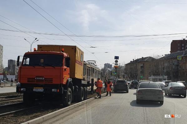Трамваи не могут проехать в сторону центра