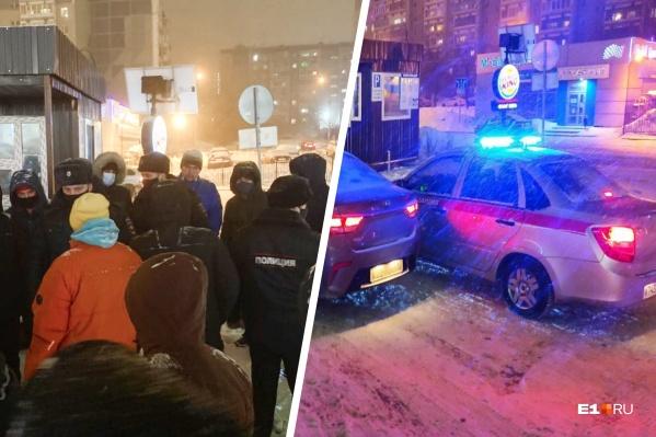 На захваченной парковке собралось около 50 жителей и приехали силовики