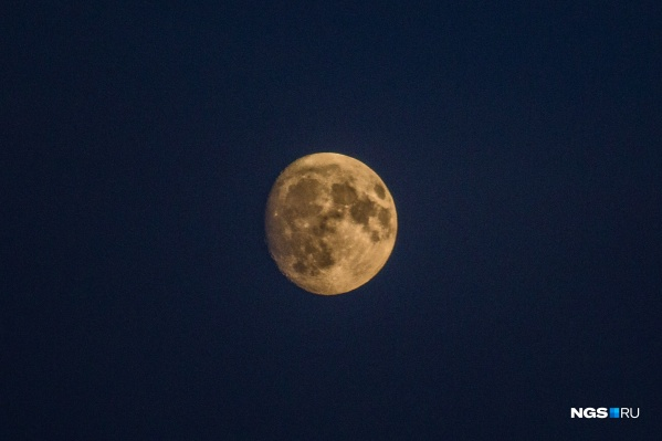 Рядом с горизонтом Луна будет желтого или оранжевого цвета