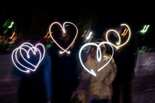 Свердловчане рисовали в воздухе сердечки и публиковали снимки в соцсетях