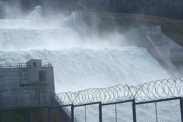 Объем сброса воды достигает 5500 кубов в секунду