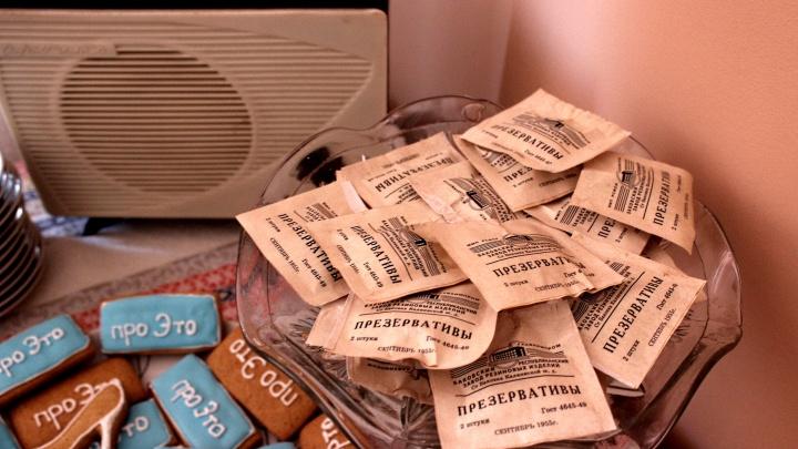 Какое нижнее белье носили в 50-х и как выглядела медкнижка проститутки: репортаж с необычной выставки в Академгородке