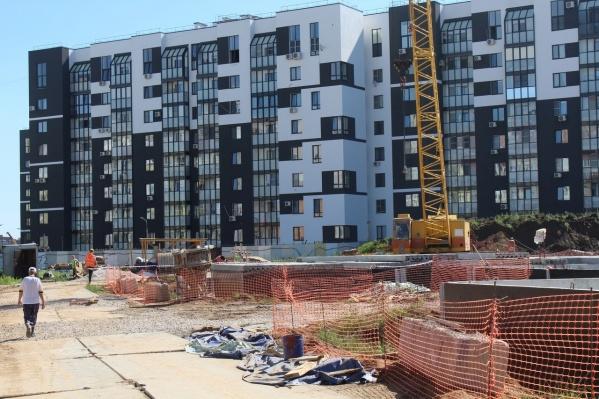 Жители соседних домов живут почти на строительной площадке. Зато потом в садик не будет нужно далеко водить ребенка