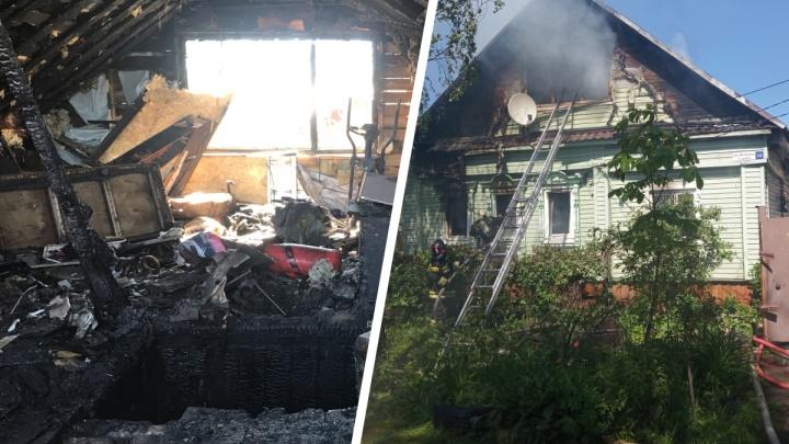 Спасали бабушку через забор: в Ярославле сгорел дом большой семьи