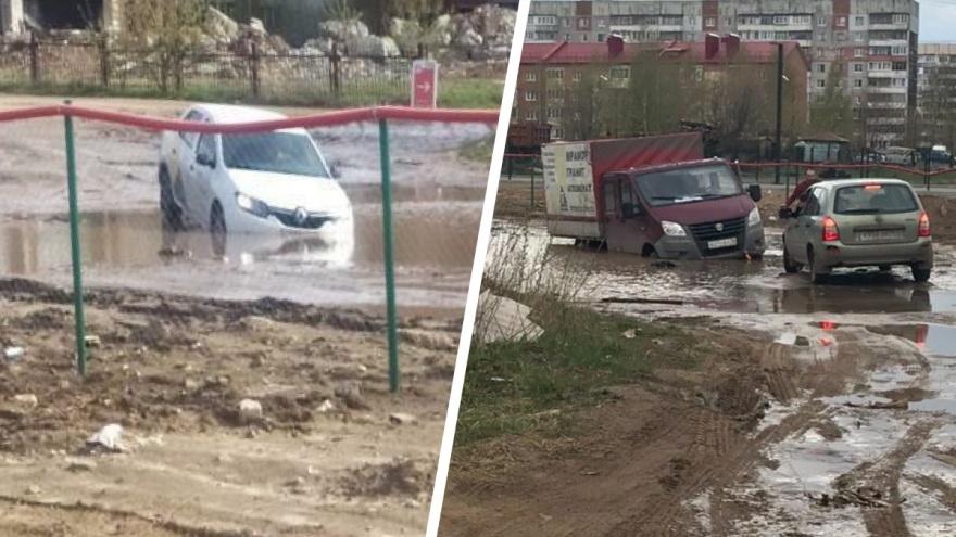 «Там судачок неплохо берет»: в огромной луже на ярославской дороге каждый день тонут авто