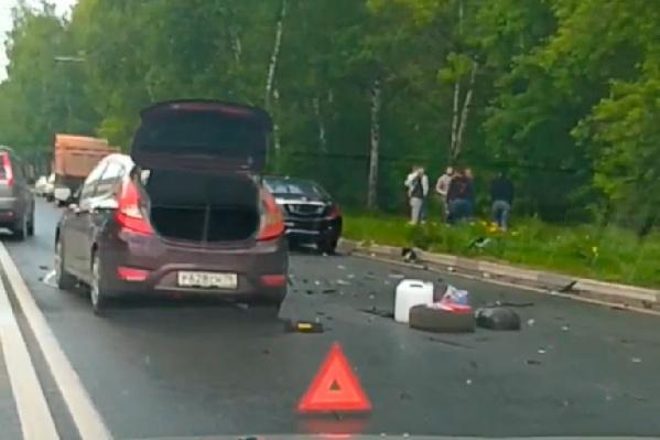 По дороге раскидало обломки от машин