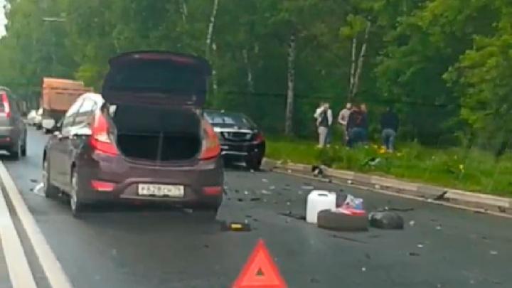 Массовое ДТП на Полушкиной роще: в Ярославле столкнулись два «Мерседеса» и «Хендай». Видео