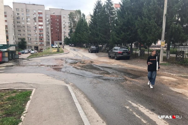 Из-за уклона вода стекает по двум улицам