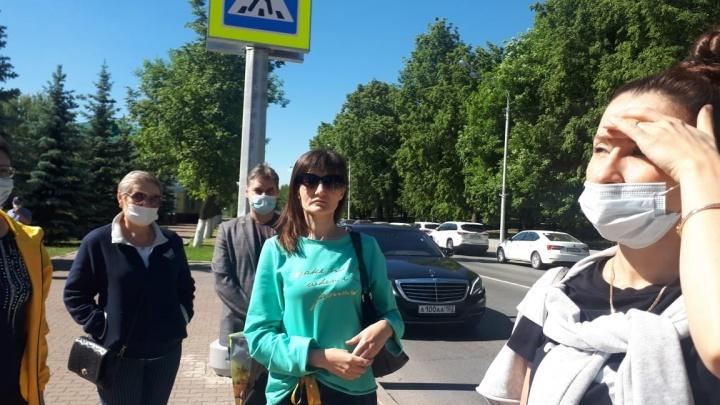 Жители дома на Конституции в Уфе обступили машину Хабирова