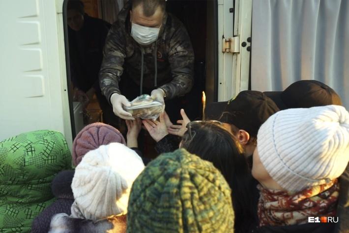 «Автобус милосердия» — один из проектов «Православной службы милосердия». Волонтеры раздают бездомным ужин около Северного автовокзала