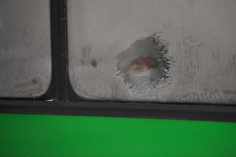 Пассажиры общественного транспорта вынуждены наблюдать мир через маленькие прорехи в замерзших окнах