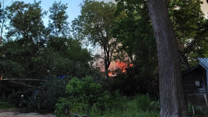 Мужчина погиб в огне во время пожара в заброшенном здании на улице Нижегородской