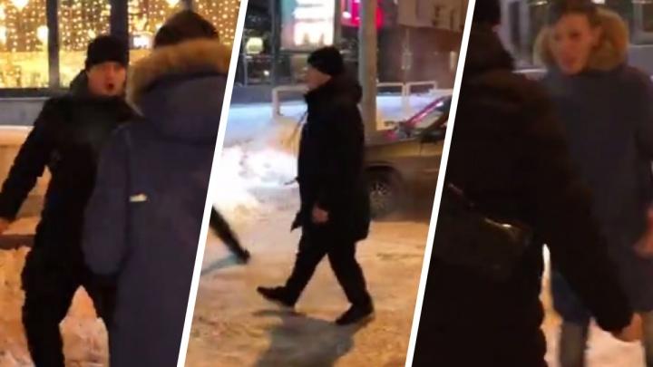 Парень с девушкой вызвали такси ночью в центре Новосибирска — на них напал предыдущий пассажир