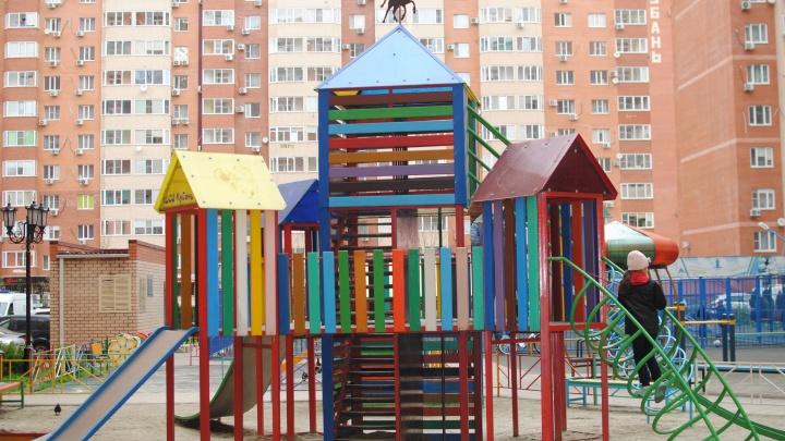 Три школы, пять детсадов, техникум и сотни классов. Сколько детей на Кубани перевели на удаленку?