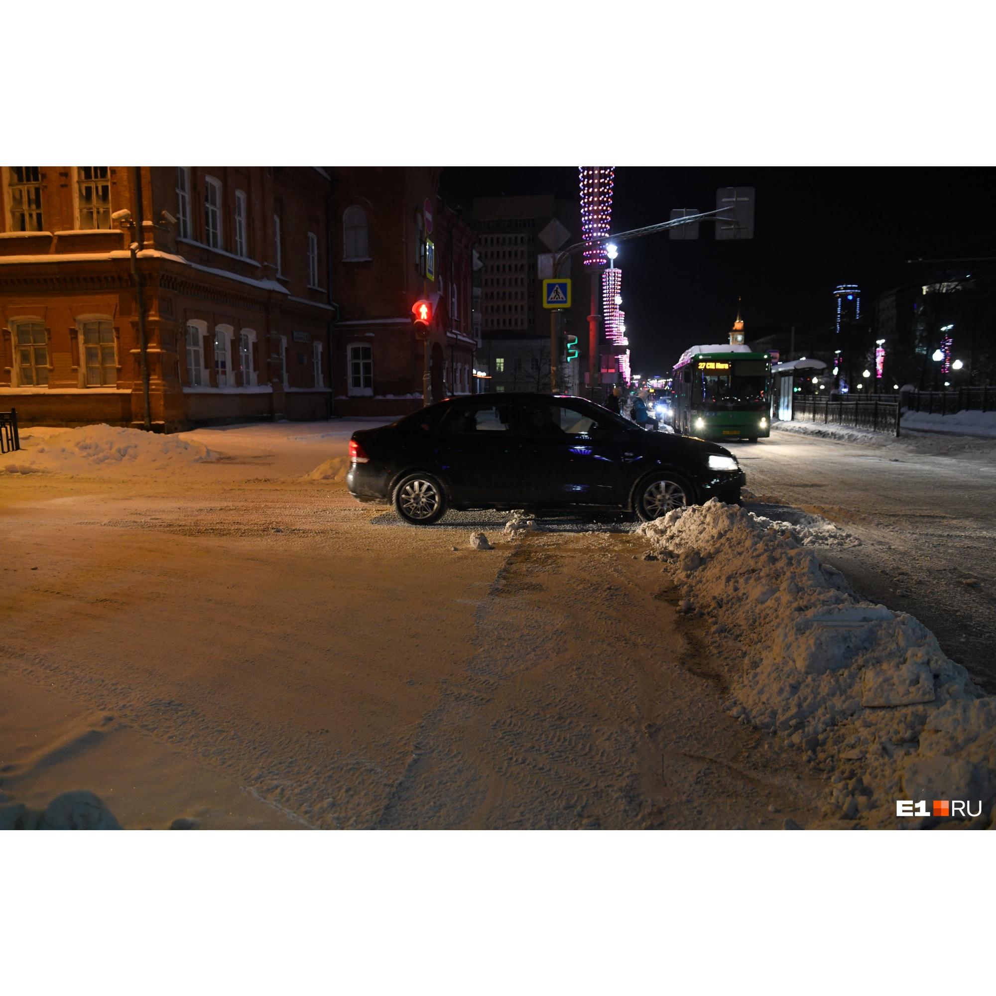 На многих дорогах лежат снежные валы, через которые могут проехать не все легковые автомобили