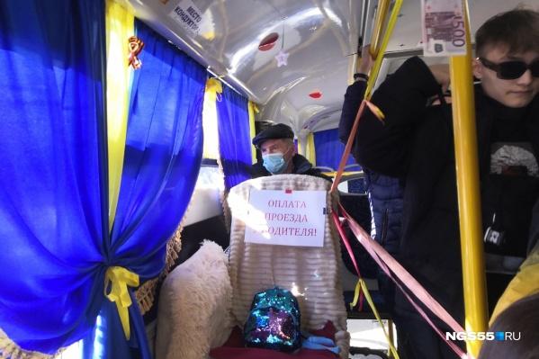 Сейчас в автобусе люди платят за проезд водителю
