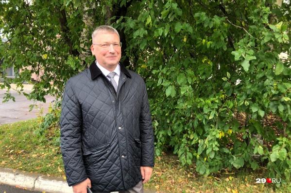Олег Русинов сам был учителем и преподавателем многие годы. В прямом эфире мы задаем ему самые волнующие вопросы о том, чего ждать родителям школьников в новом учебном году