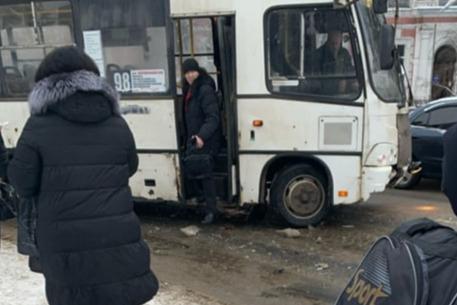 «На дорогах каша, под кашей — голимый лед»: в Ярославле маршрутка с пассажирами попала в аварию
