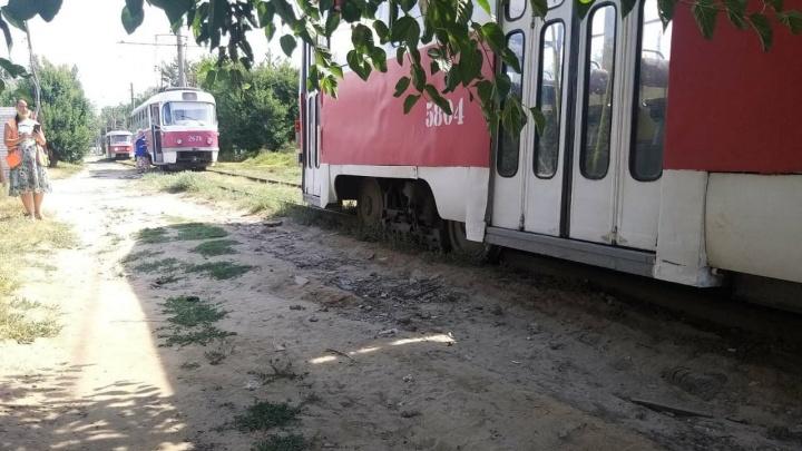 Это уже катастрофа: в Ворошиловском районе Волгограда трамвай сошел с рельсов