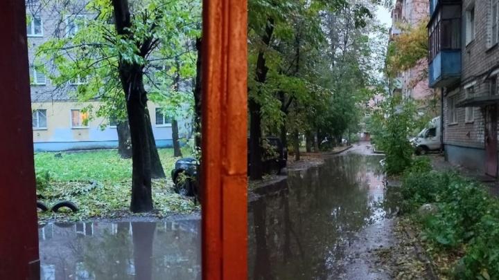 В Ярославле огромная лужа заблокировала проход жильцов целого подъезда