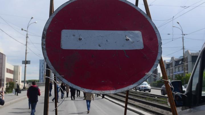 В Екатеринбурге рабочие закрыли перекресток на Юго-Западе