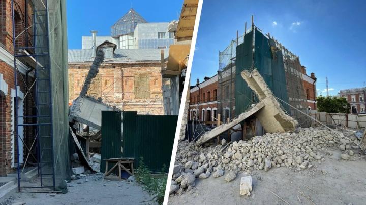 На исторический памятник в Тюмени рухнула стена самостроя