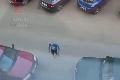 Местные жители пожаловались, что ножами мужчина попадал по машинам