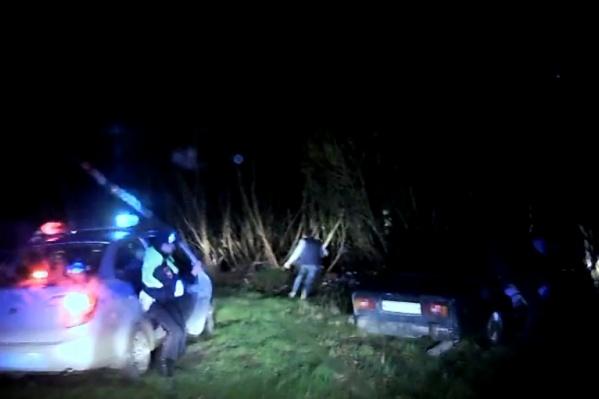 Водитель скрылся в кустах, но его повалили на землю и заставили дунуть в трубочку