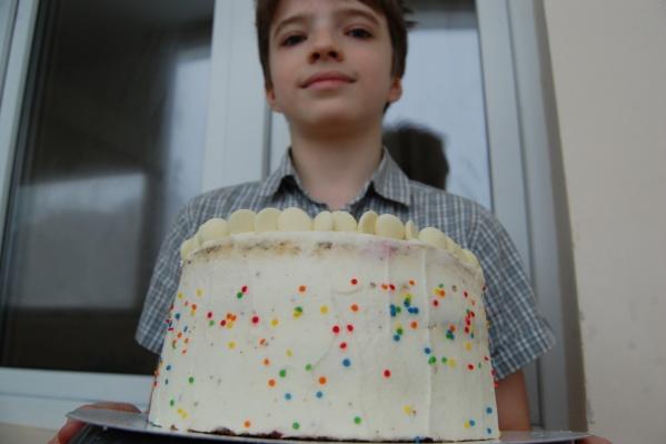 Булат с одним из его тортов