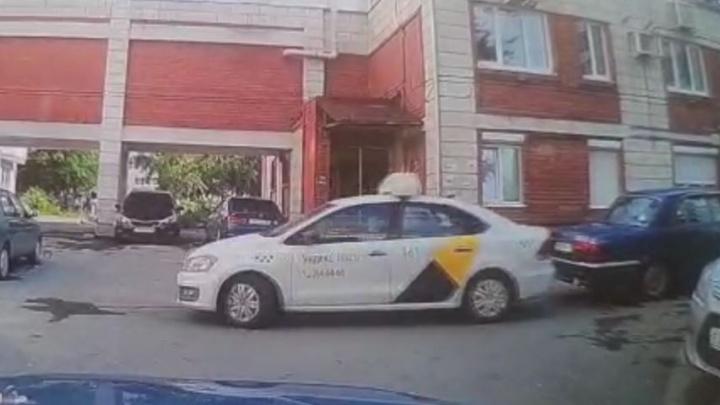 В Екатеринбурге водитель такси крепко ударил машину на парковке и скрылся с места ДТП, всё это попало на видео