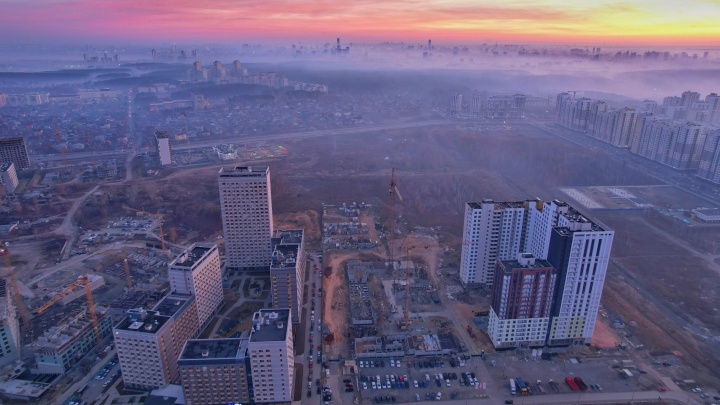 Как Екатеринбург встречает утро в кошмарном смоге. Из-за горящего торфяника город задыхается