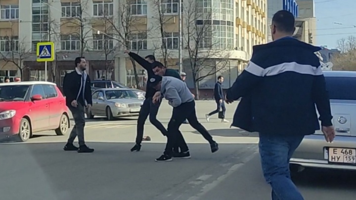 «Он три раза чуть не задавил пешеходов»: участник драки на Толмачева рассказал, с чего начался конфликт