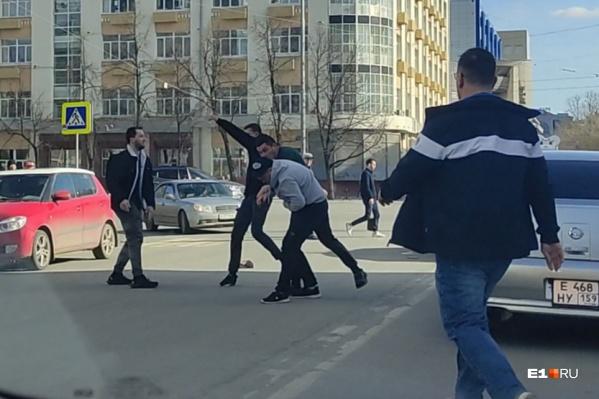 Драка произошла на перекрестке улицы Толмачёва и проспекта Ленина