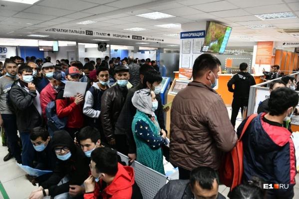 Мигранты не могут сдать документы, полицейские предлагают им сделать это платно