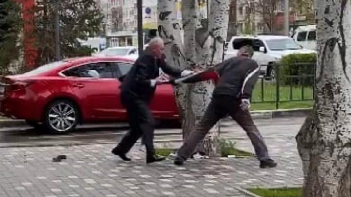 Забросал банкомат кирпичами: под Волгоградом попала на видео драка вандала с охранником банка