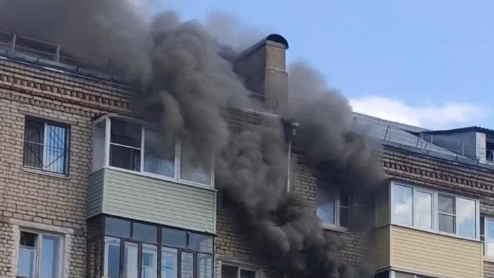 «Эвакуировали женщину с ребенком»: в Ярославской области полыхает квартира в жилом доме. Видео