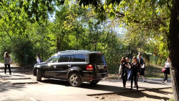«Кто эти люди, им все дозволено?!»: в Волгограде черный внедорожник прокатился по пешеходным дорожкам у школы