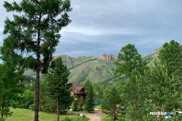 Самый большой плюс баз отдыха на Базаихе — отличный вид на горы и зелень вокруг