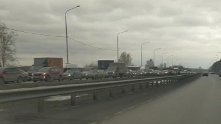 Челябинский тракт встал в многокилометровую пробку из-за ДТП