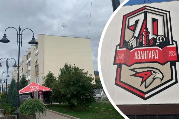 Слева — как дом выглядит сейчас, а справа — какое граффити на нём было