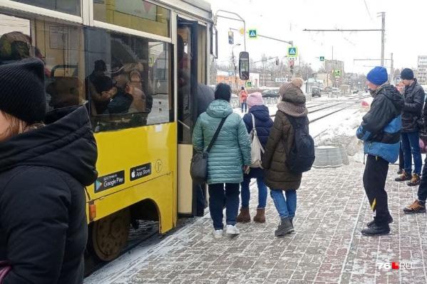 Людям приходится выстраиваться в очередь перед заходом в электротранспорт