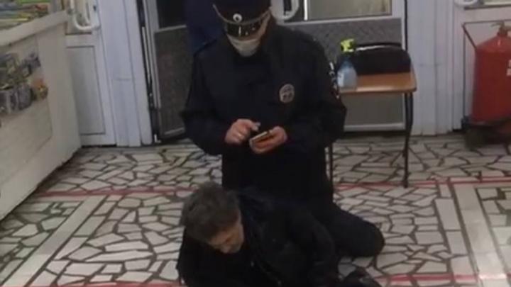 В МВД рассказали, почему в Уфе полицейский «оседлал» пенсионера на входе в магазин