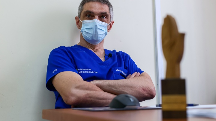 «Верните мои руки»: как талантливый хирург cпасает людям разные части тела, женщинам — даже грудь