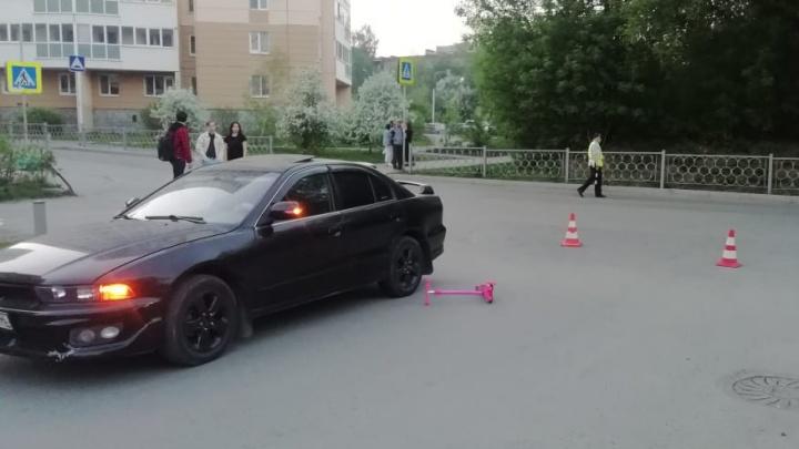 «Мама шла с коляской, а дочка на самокате поехала вперед». В Екатеринбурге Mitsubishi сбила 3-летнюю девочку