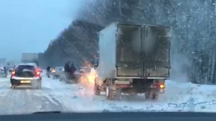 Дублер Сибирского тракта встал в шестикилометровую пробку из-за массового ДТП