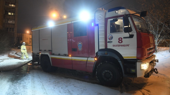 «Угрожал покончить с собой»: в Екатеринбурге пьяный дебошир закрылся в квартире и устроил пожар