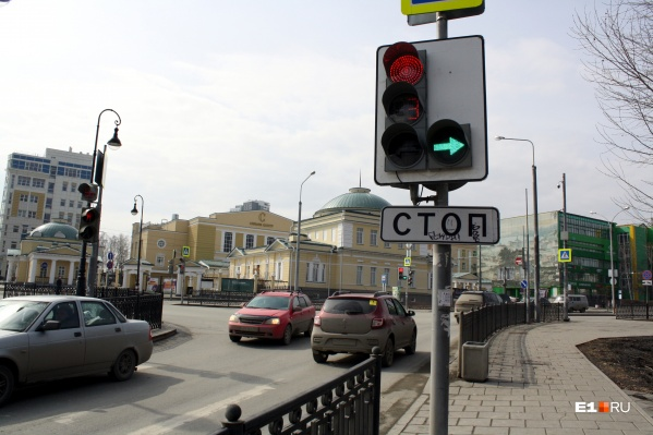 Водителям, которые едут из переулка Пестеревского на Верх-Исетский бульвар, теперь дополнительно горит зеленая стрелка, пока стоит основной поток